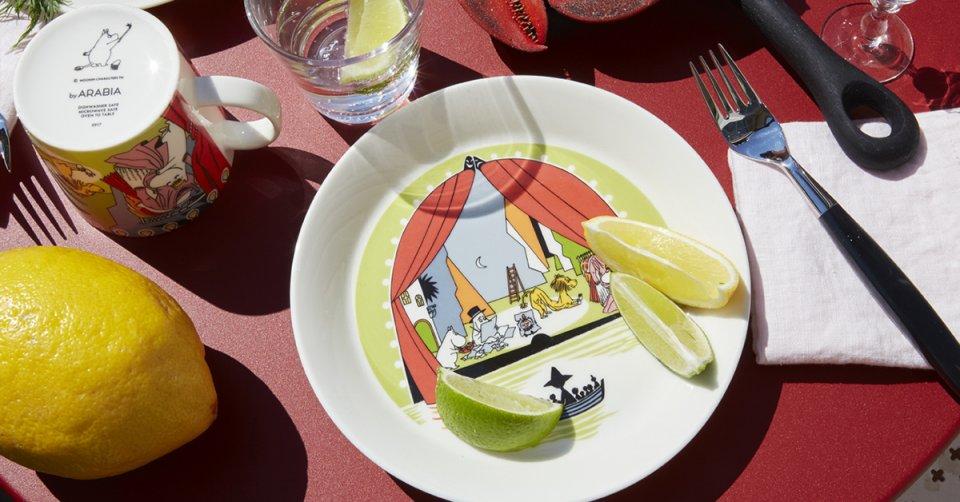 ARABIA_Moomin-mug_Moomin-plate_Summer-Theater-960x502